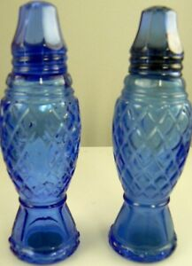 Vintage-Avon-Crystal-Point-Blue-Glass-Salt-amp-Pepper-Shakers-W3-5