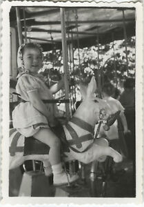 PHOTO-ANCIENNE-VINTAGE-SNAPSHOT-ENFANT-MANEGE-FETE-FORAINE-LAPIN-DROLE-CHILD