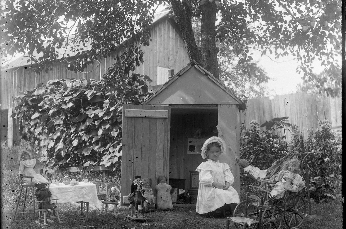 YOUNG GIRL PLAYING WITH HER DOLLS AT OUTSIDE PLAYHOUSE 1896 GLASS NEGATIVE