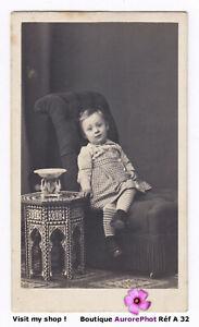 JEUNE-ENFANT-EN-POSE-A-COTE-D-039-UNE-PETITE-TABLE-ORIENTALE-VERS-1885-A32