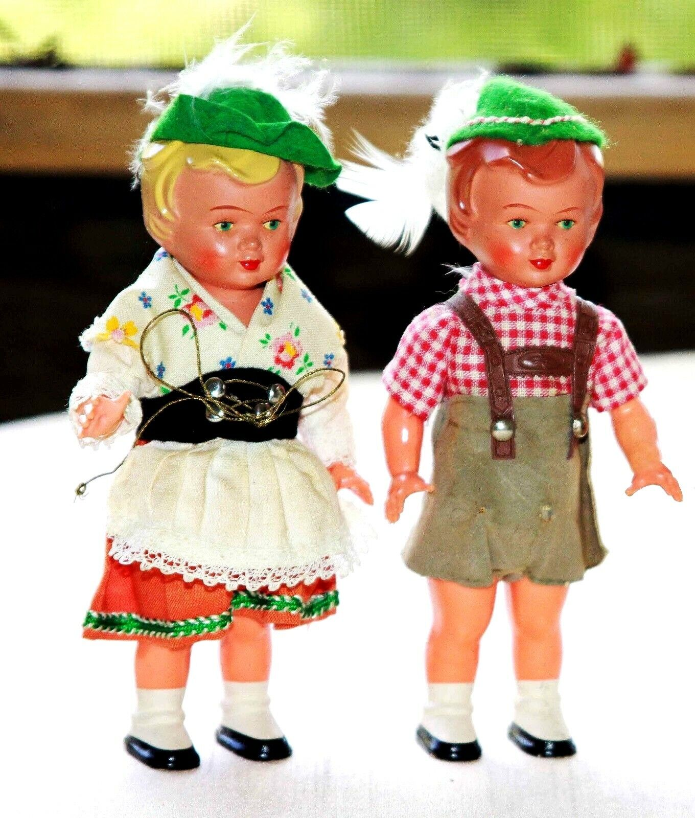 2 ANTIQUE GERuomo BISQUE bambolaS RAREDRESSED IN TRADITIONAL COSTUME  HARD TO FIND  esclusivo