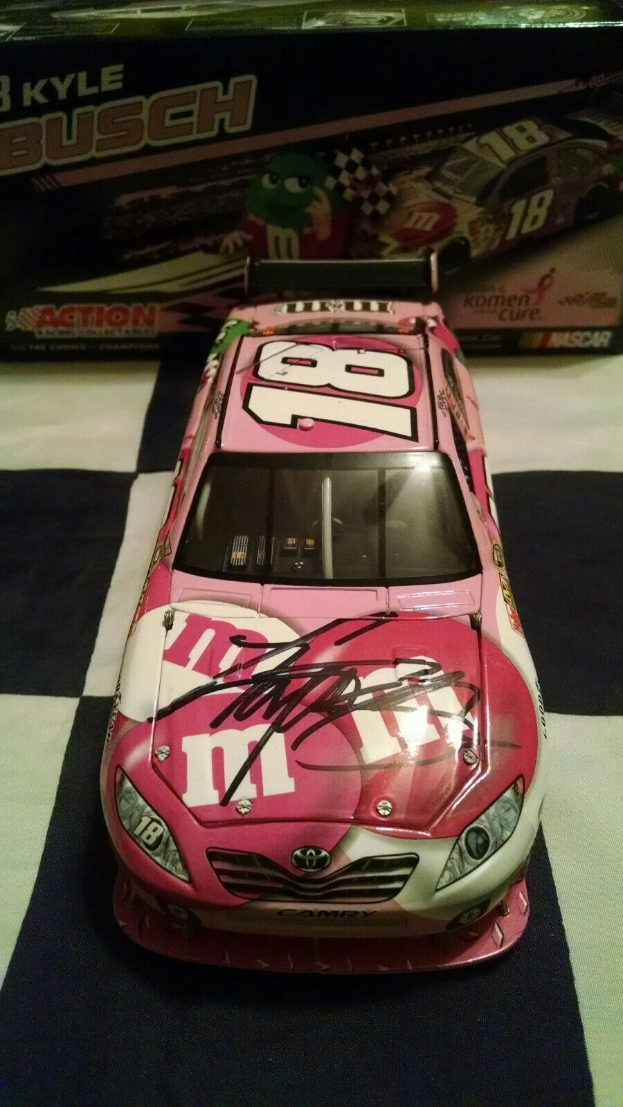 2009 Kyle Busch autographié ROSE M & M's Susan G Komen 1 24