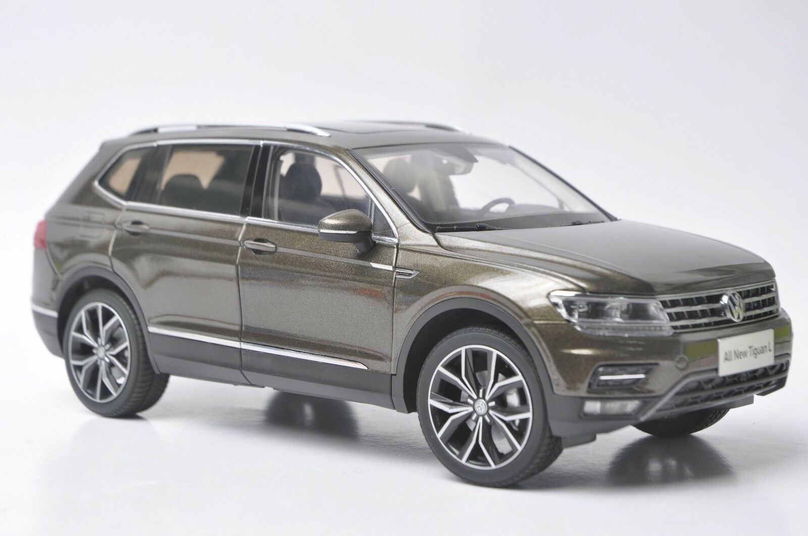 Volkswagen Tiguan L 2017 car model in scale 1:18 Marrone