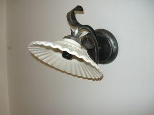 Applique da interno in ferro battuto con foglie e ceramica bianca