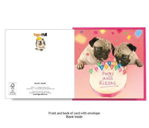 Pugs et baisers deux Pug Chiens souffler les chandelles sur Gâteau Joyeux Anniversaire