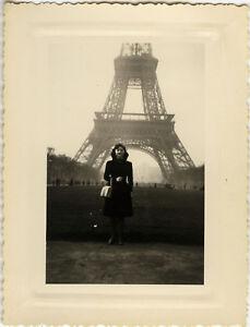 PHOTO-ANCIENNE-VINTAGE-SNAPSHOT-TOUR-EIFFEL-PARIS-FEMME-MODE-SAC-A-MAIN