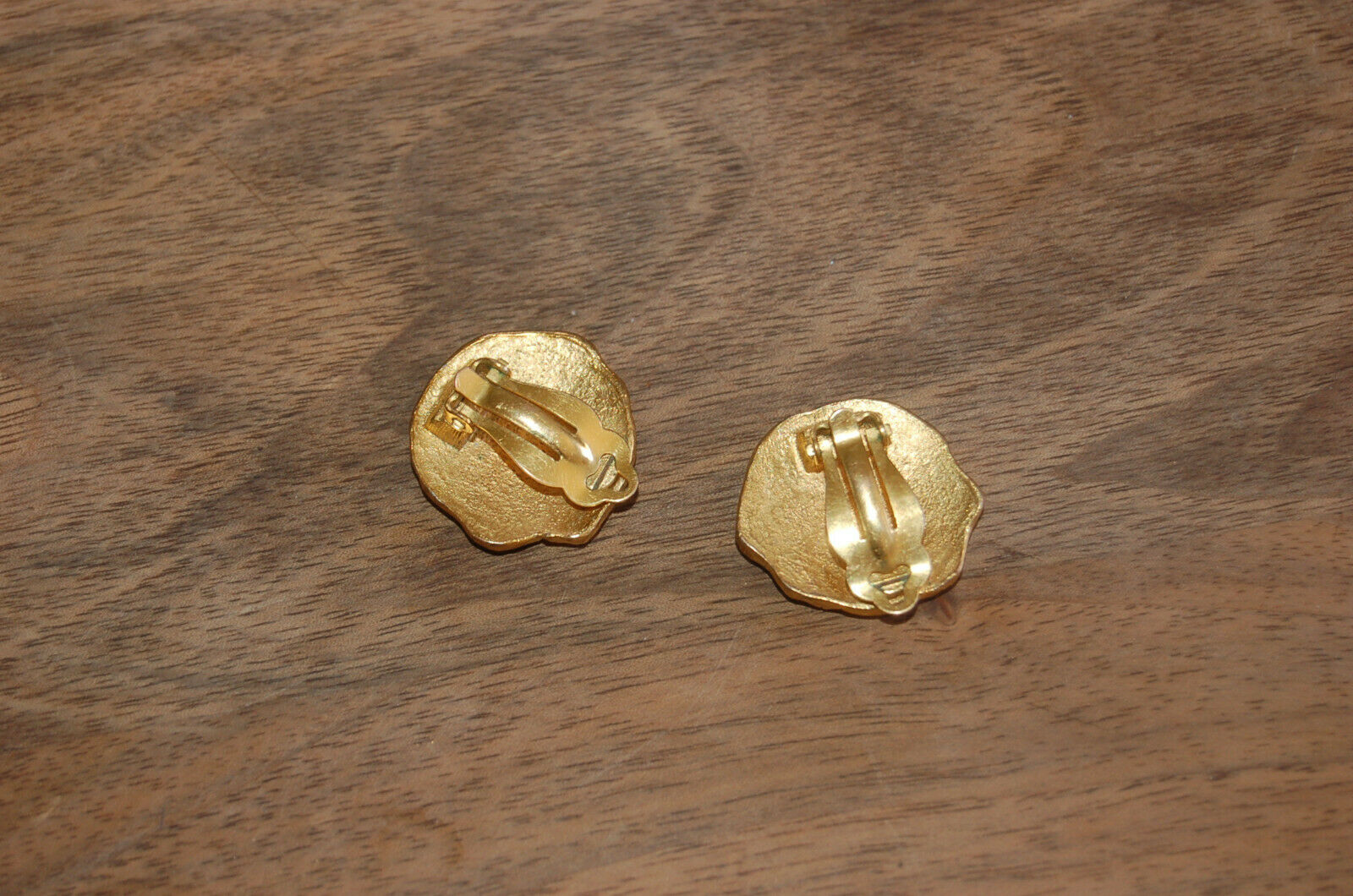 Boucles d'oreille à pince en métal doré  vintage CARASAGA CARASAGA CARASAGA Paris 2 5 cm 70029d