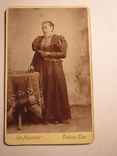 Tachau u. Mies - stehende Frau im Reifrock - Kulisse - Portrait / CDV