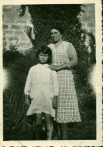 Photo-ancienne-vendeenne-mere-et-fille-posant-dans-le-jardin-la-Tranche-sur-Mer