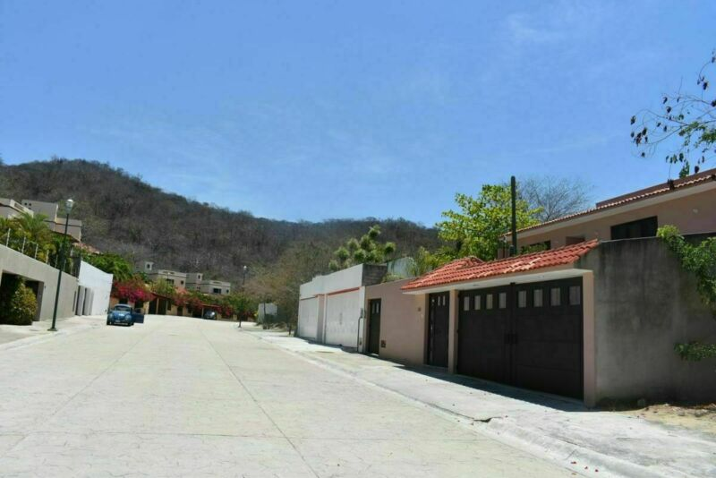 Amplia casa en Sector O, gran patio,17 minutos caminando de la playa, en venta