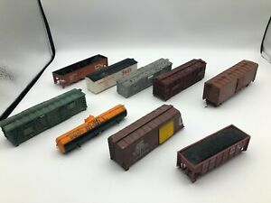 Lot-of-assorted-damaged-HO-scale-freight-cars-for-parts-or-repair