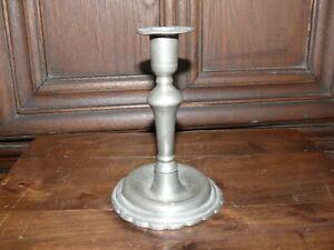 Raritaet-ca-200-Jahre-alter-Zinn-Kerzenleuchter-massiv-Zinn-Rand-unten-verziert