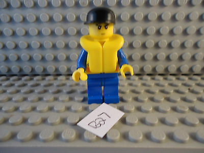 E23 LEGO MINIFIGURE GREY LEGS BLUE PATTERNED TORSO WITH RED CAP