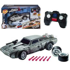 La voiture contrôlée par radio de voiture rapide et furieuse avec des roues de missiles allume des sons