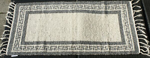 Teppich-Badteppich-gewebt-Maeander-natur-grau-135-x-65-cm-Teppich-waschbar