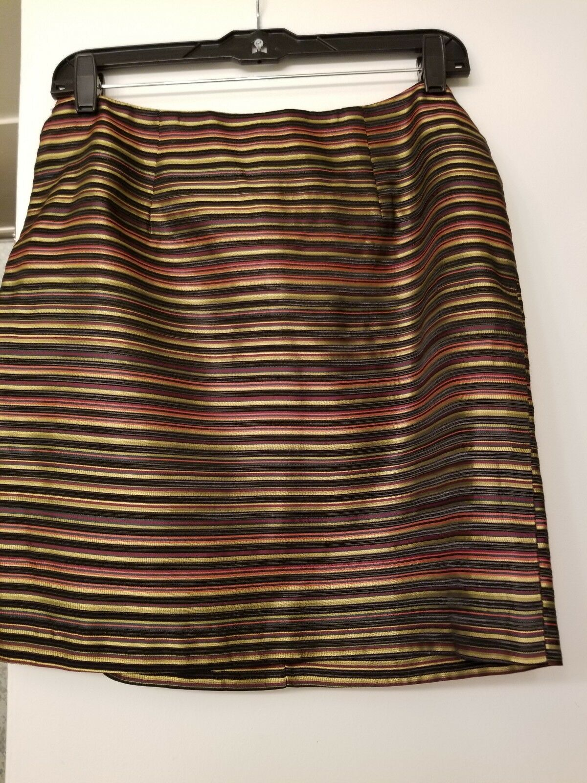 Womens Short Skirt Size 8. Excellent condition. Multi colors. Perfect for the Ho