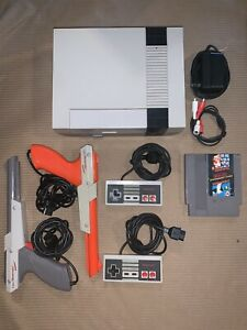 1985-NES-001-Nintendo-System-Console-Bundle-2-controllers-2-zappers-Game