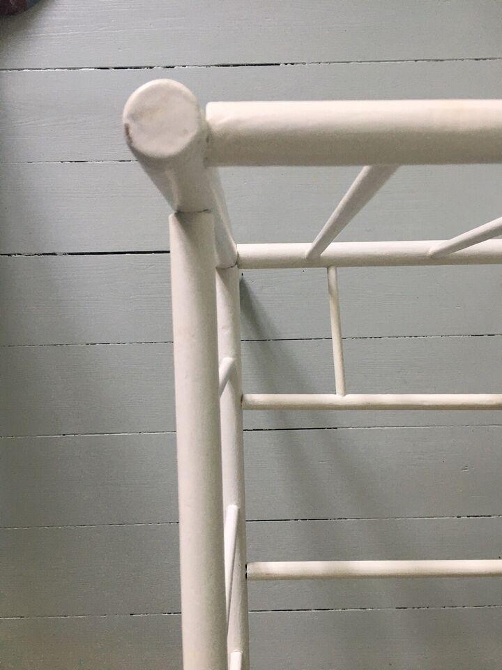Babyseng, Gammel hvidmalet babyseng, b: 45 cm l: 85 cm