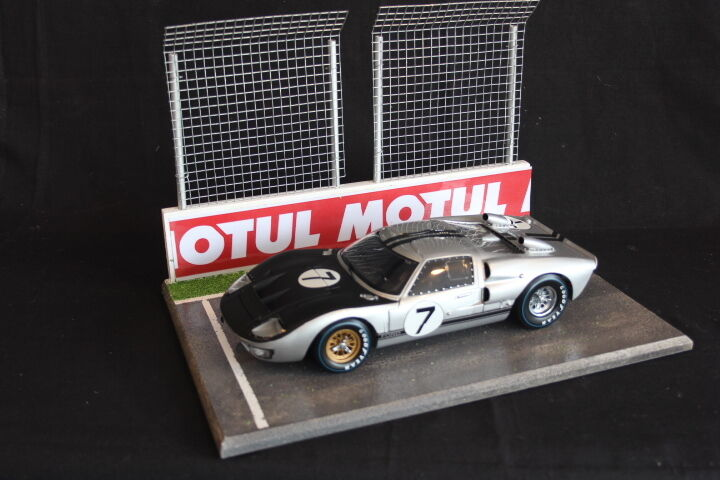 QSP Diorama 1 18  Starting grid with wall and 2 high fences (Motul)  rentable