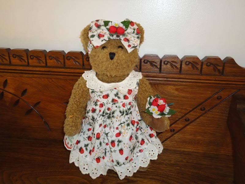 Avon Canada Hat Box Teddies STRAWBERRIE Strawberry Bear 13 in.