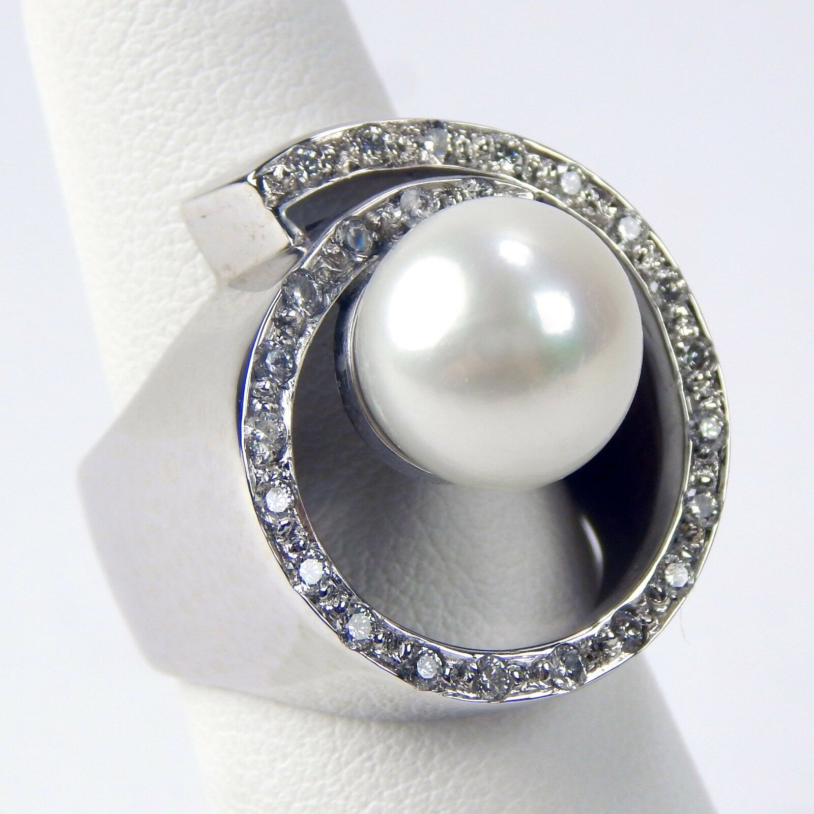 ≈10.6 mm Cultured Pearl & Diamond O Ring 18 kt White gold Size 5 1 2  A3649