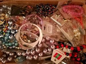 50-Teile-Modeschmuck-Konvolut-Restposten-Halsketten-Ohrschmuck-Armreifen-Ringe