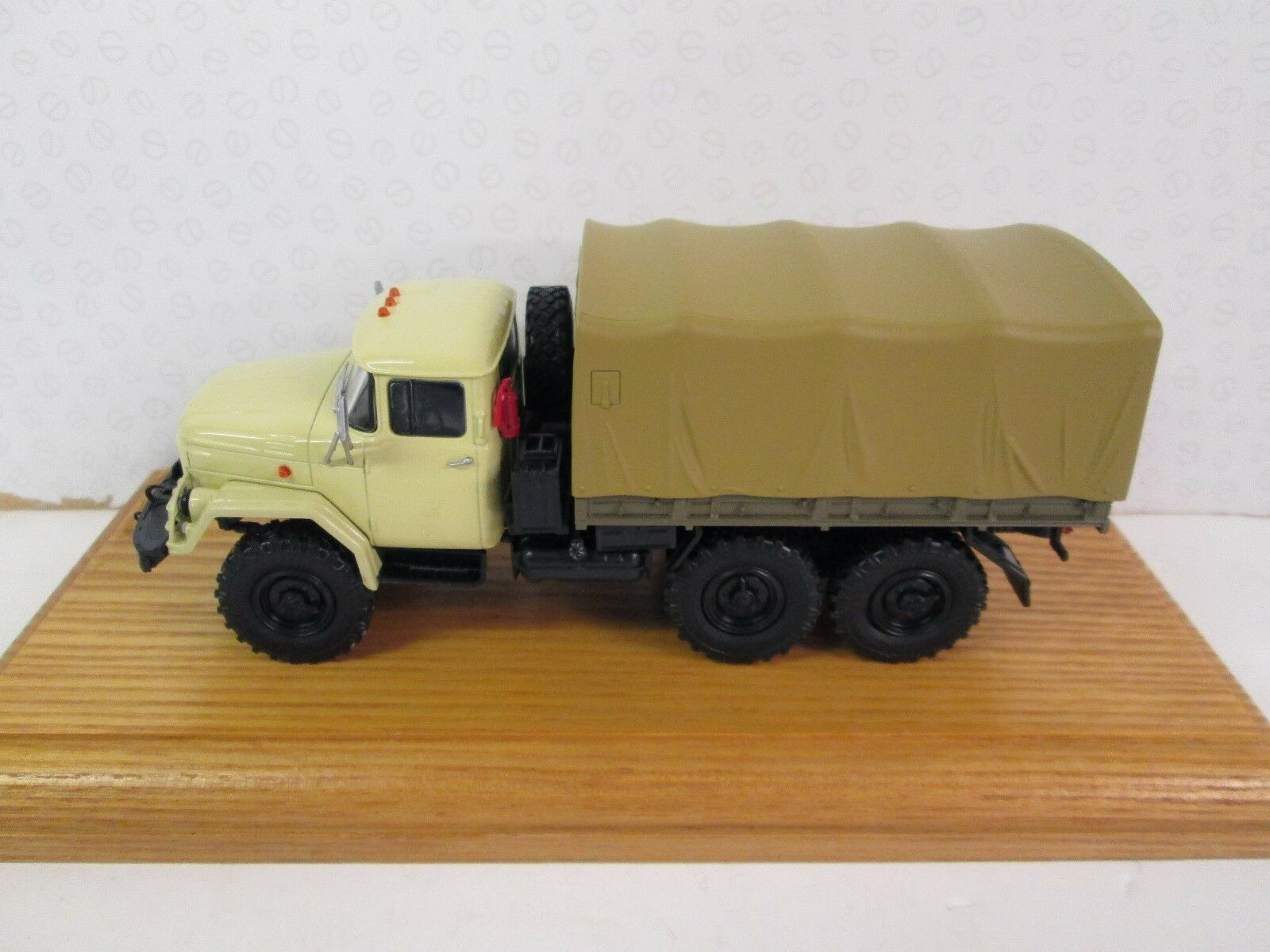 AUTO HISTORIA. Zil 131. Flatbed with Cover.  Beige. 1 43. AUH 100398   100237.b
