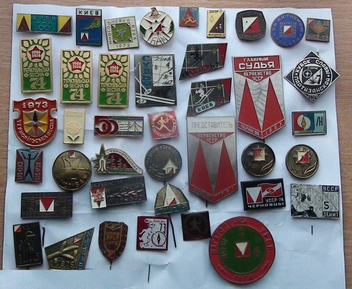 Une grande collection de broches de course d'orientation