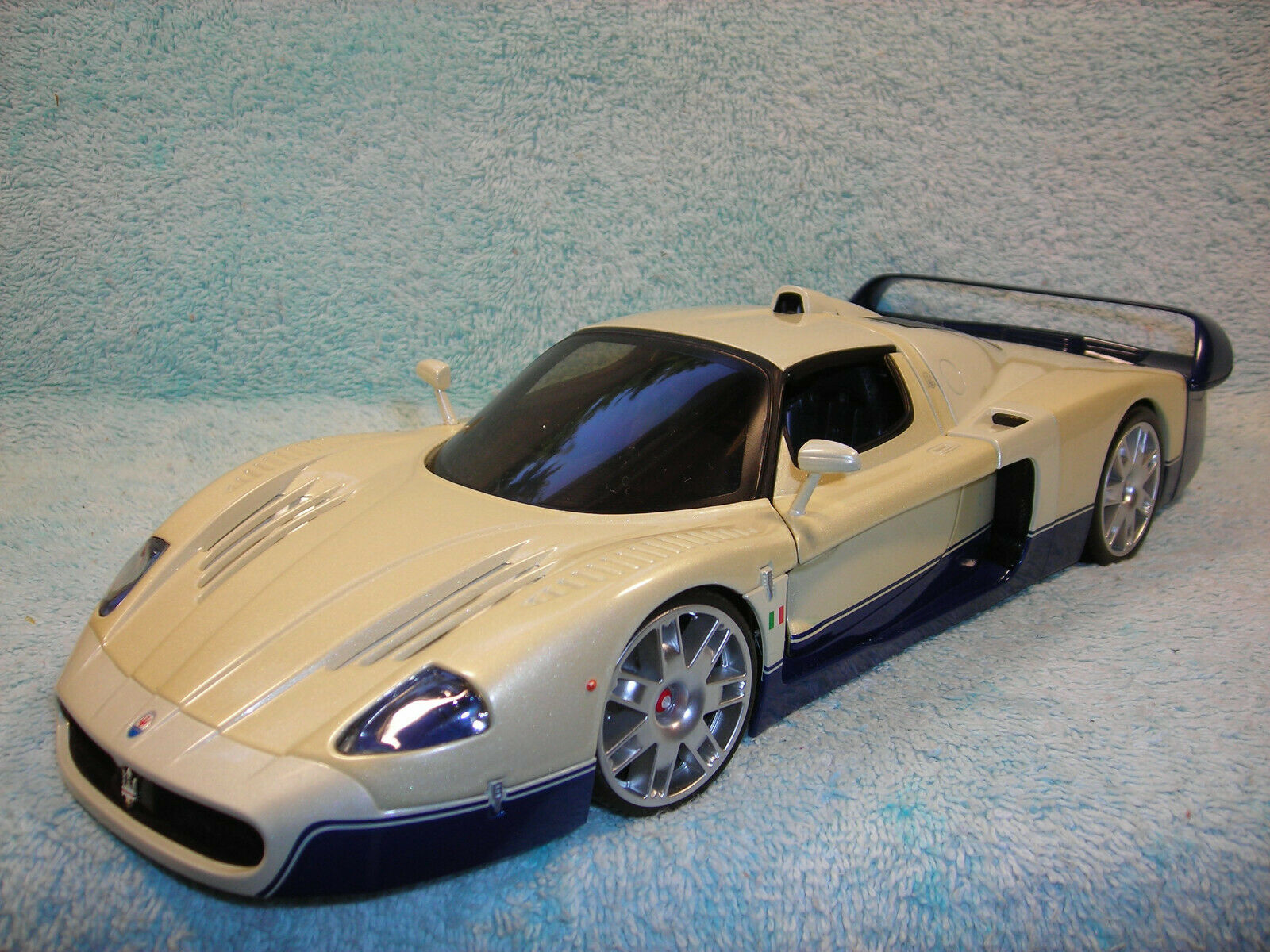 1 18 SCALE DIECAST MASERATI MC12 STREET VERSION IN PERIL Weiß Blau BY HOTWHEEL.