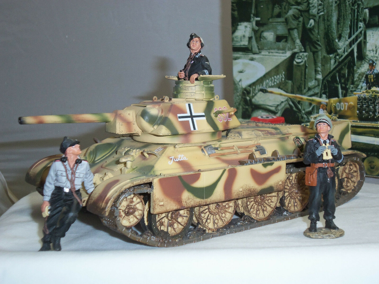 KING AND COUNTRY WS098 GERMAN T34 MILITARY TANK + CREW METAL TOY SOLDIER SET