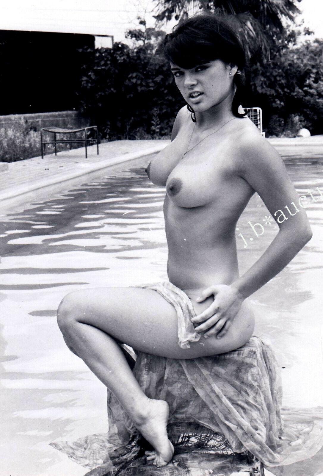 unglaubliche Preise Nudismus FRECHES MODELL POSIERT NACKT