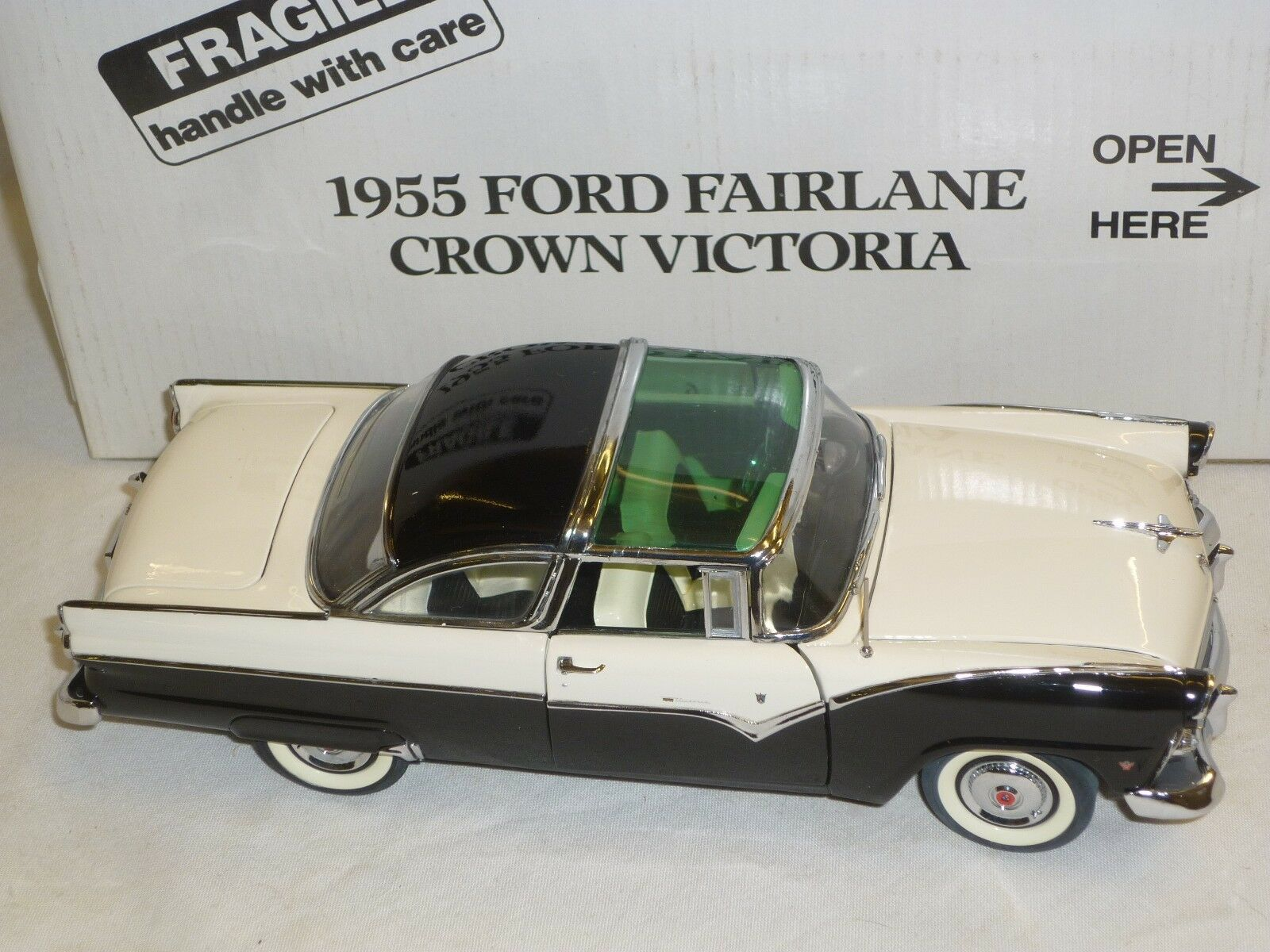Un modello Danbury Danbury Danbury Nuovo di zecca scala di un 1955 Ford Fairlane Crown Victoria in scatola. 01d444