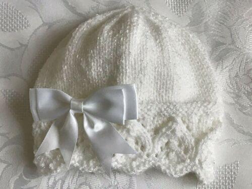 New Hand Knitted Baby Girl/'s White Shimmer Bonnet avec nœud blanc 0-3 mois