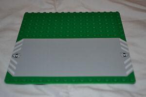LEGO-Bauplatte-16x16-Noppen-gruen-Rasen-mit-Strasse-Grundplatte-6332-6636-Polizei