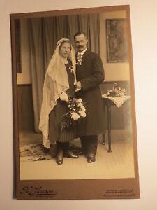 Rosenheim-Paar-Frau-mit-Schleier-amp-Mann-Hochzeit-Kulisse-KAB