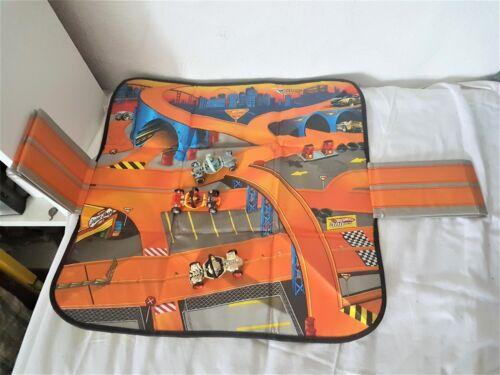 Autos Hotwheels Racing Rennbann mit 3 Hotwheels Autos Aus einer Auflösung