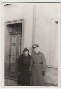 F20186-Orig-Foto-deutscher-Soldat-mit-Frau-vor-Hauseingang-1941