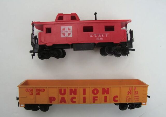 HO scale  UNION PACIFIC Train Car + Santa Fe A.T.& S.F. CABOOSE   2  Train cars