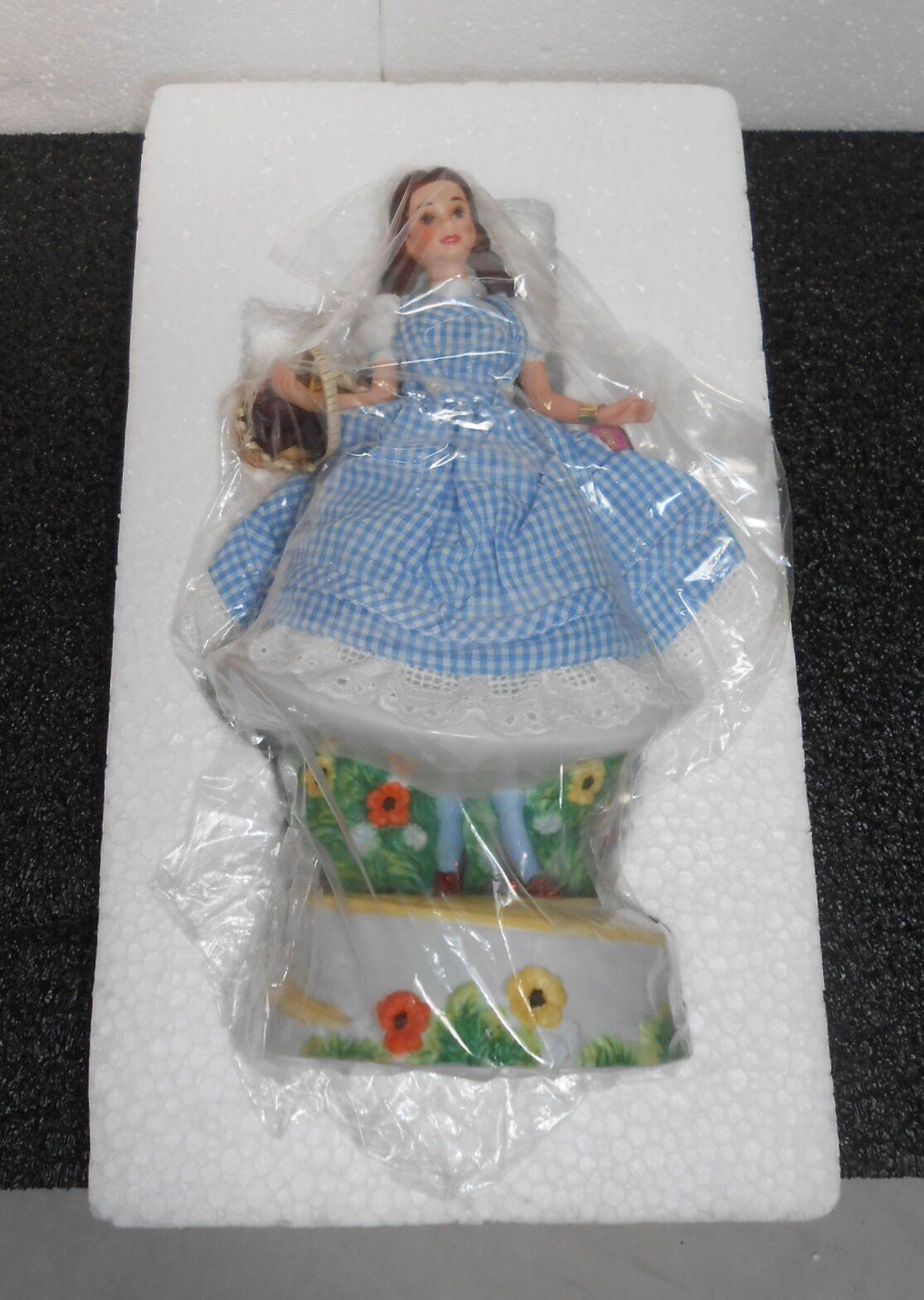 Barbie como  Dorojohy  10  Figura de Porcelana en moña azul vestido, caja de música,  1996