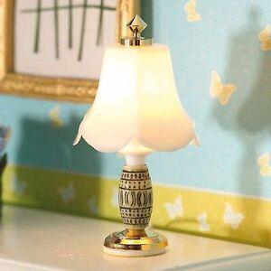 1/12th Échelle Maison De Poupées Lampe De Table Avec Argent Orné Base Haute RéSilience