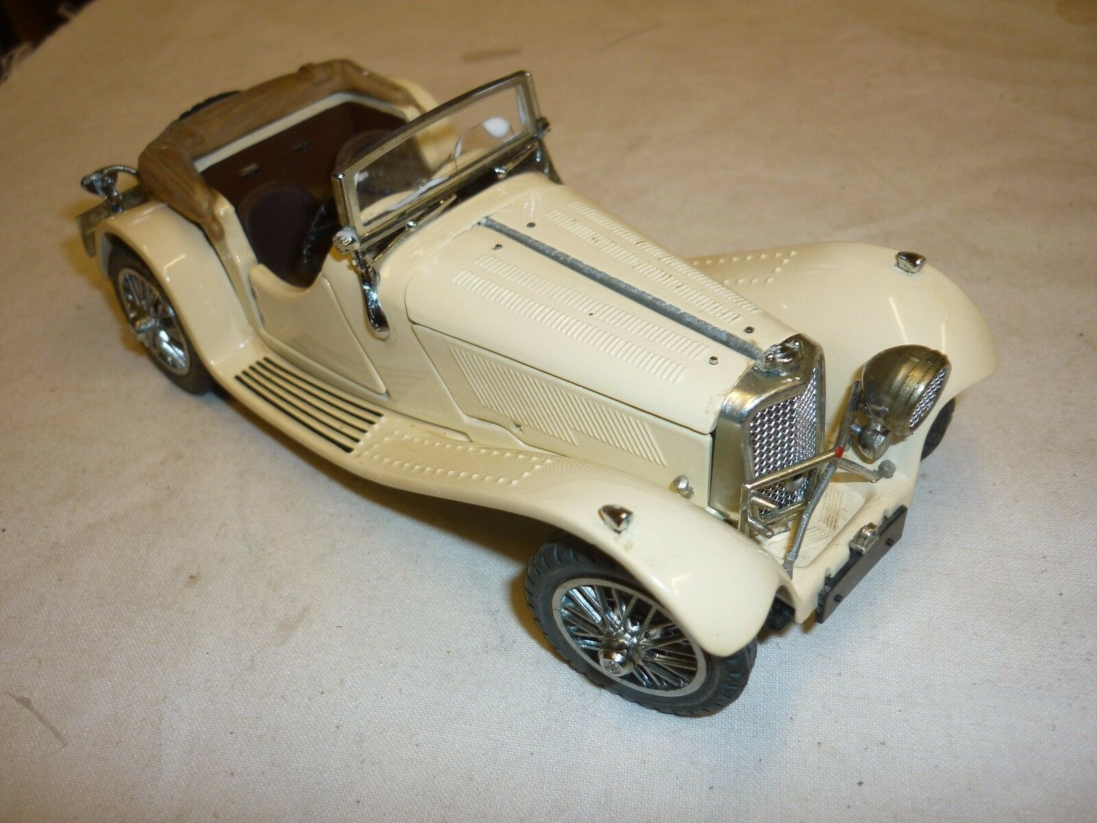 A Franklin mint model of  a 1938 jaguar SS 100. Headlight missing ( NM )