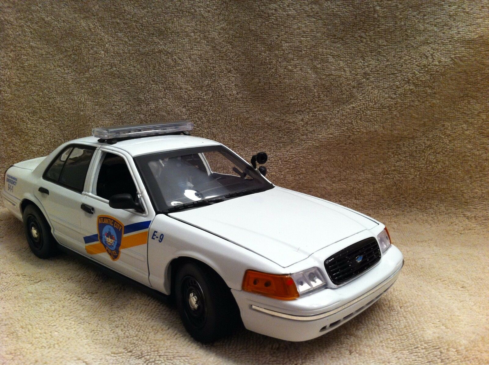 1/18 SCALE ATLANTIC CITY NJ PD FORD CV UT WITH WORKING LIGHTS AND SIREN DIECAST