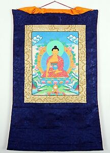 THANGKA-DES-BUDDHA-SHAKYAMUNI-IM-BLAUEN-BROKATRAHMEN-HANDGEMALT-BUDDHISMUS-NEPAL