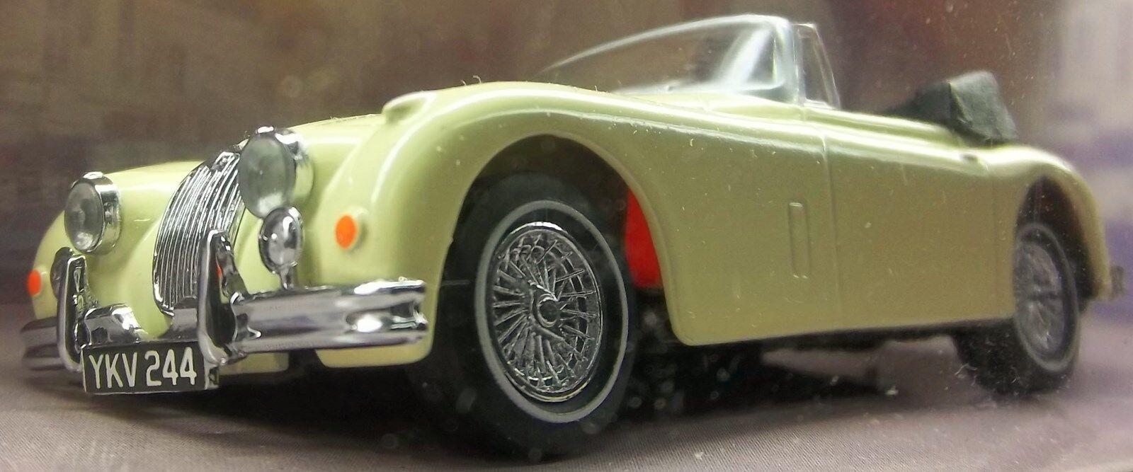 1 JAGUAR 150 XK CREAM CONgreenIBLE DINKY Cream On Red 1960 DROPHEAD JAGUAR XK-150
