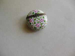 AUTHENTIC-LIMOGES-circle-shaped-flower-clasp-france-TRINKET-BOX