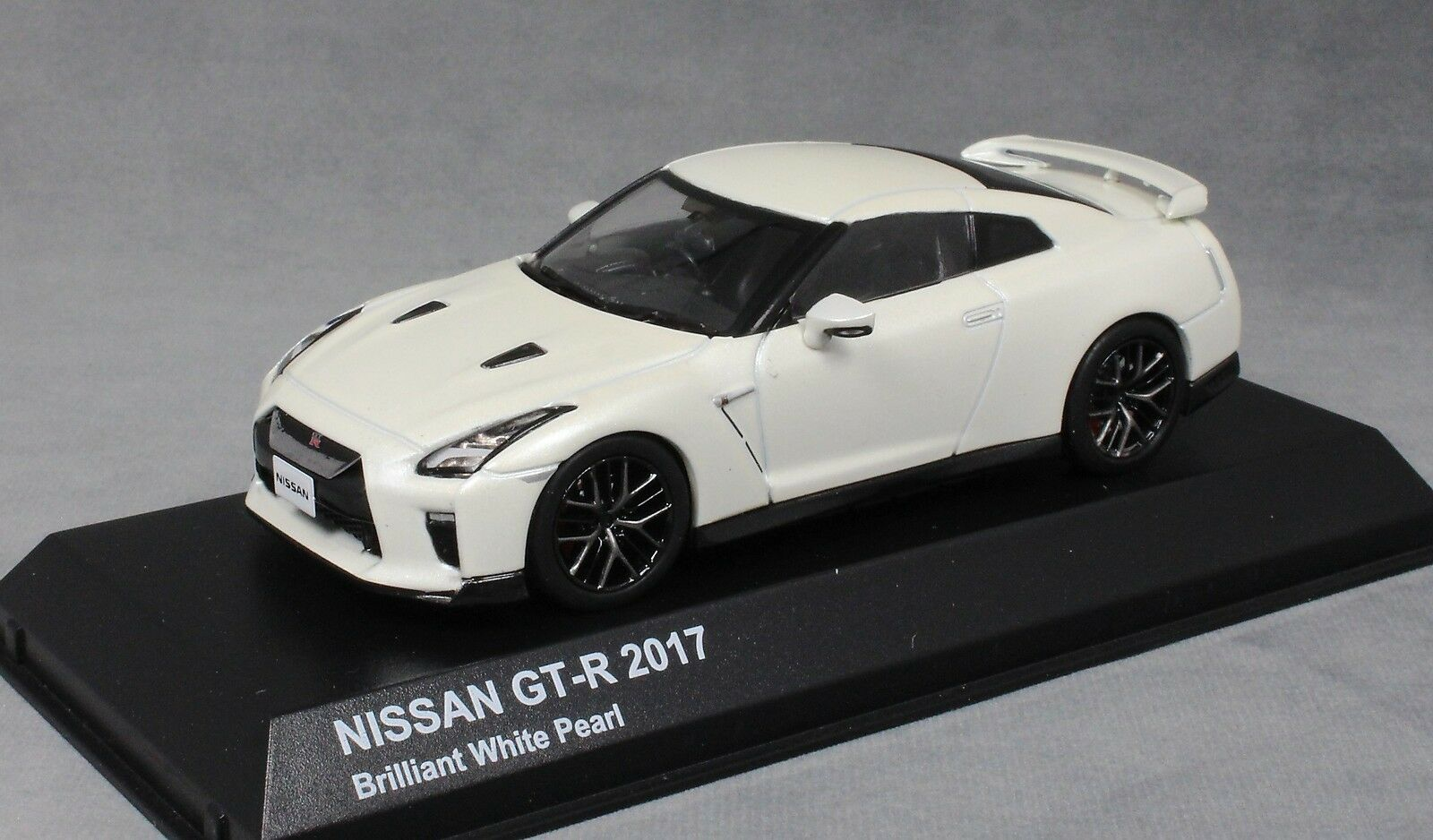 Kyosho Nissan GT-R R35 in Ultimate White Pearl 2017 03893W 1 43 NEW