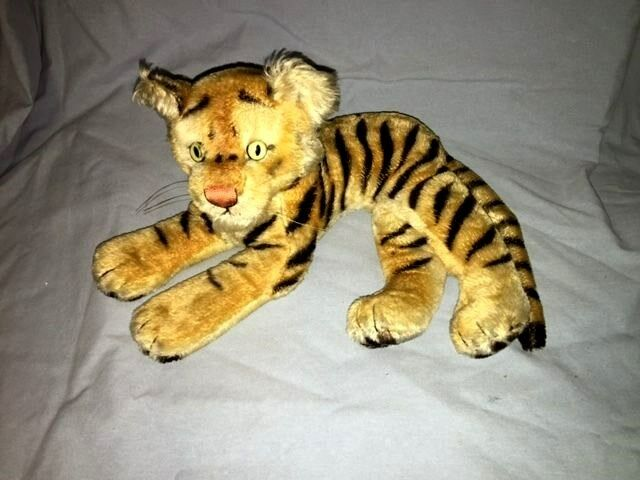 Vintage STEIFF Tiger  Laying down  Excellent with Button
