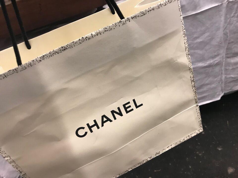 Chanel pose