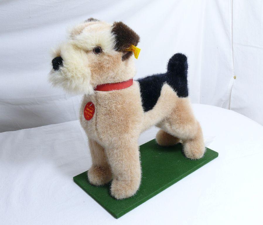 Steiff 651038 Arry Terrier con Collare in pelle Pet con Bandiera e Bottone