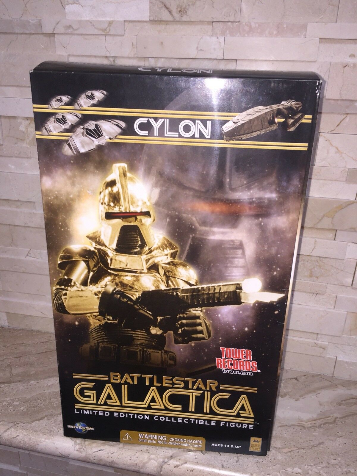 BATTLESTAR GALACTICA LIMITED EDITION oro CYLON 12  ACTION FIGURE.
